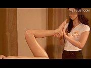 Масажистка делает девушке масаж