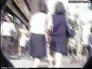 Дрочит член рукой на улице за деньги видео