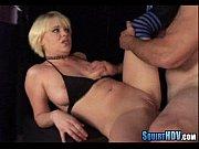 Девушка хвастаецца своей грудью меряя лифчики
