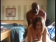 Мужик дрочит на бабу у всех на виду порно