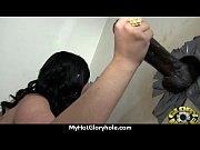 Парень трахнул красивую девку в ванне с водой