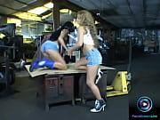 Девушка с сочной задницой заставляет лизать