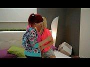 Две лесби соблазняют девушку видео