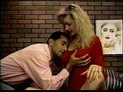 Девушка неохотно держит сперму во рту