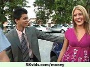 Молодые парень и девушка трахаются