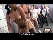 Девушка в душе мастурбирует водой видео
