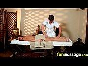 Медсестра делает пациенту забор спермы
