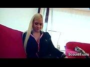 Зрелую женщину в чулках ебут групповое видео