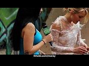 Как девушки снимают лифчик и трусики