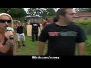 Порно видео гламурная блондинка в красном платье и чулках