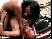 Порно мастурбирует сидя на стуле