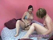 Рыжеволосая девушка с удовольствие обхватила толстый член