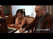 Девушка показывает вагину крупным планом видео