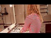 Девушка показывает как работают вибраторы