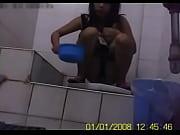 Девушкам заливают в анал со шлангов воду