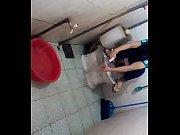 Голая блондинка в чулках под юбкой