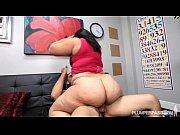 Зрелая волосатая женщина мастурбирует перед веб камерой