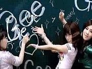 Девушка вставляет палец в попу парню