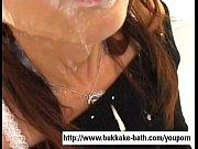 Видео мужики по очереди кончают в рот девушке