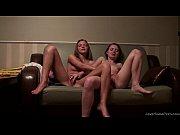 Девушки в джинсовых минишортах с раздвинутыми ногами