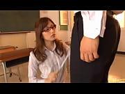 放課後の教室でエロ女教師に叱られ奥までフェラ抜き