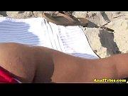 Maridão comeu a esposa morena e cavala na praia e depois no hotel