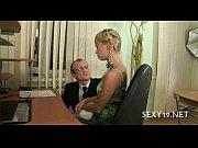 Муж снимает жену на камеру и комментирует