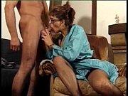 Зрелая женщина играет со своей волосатой писькой порно видео