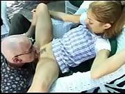 Секс с красивой молодой девушкой подставившей подготовленную киску