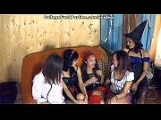 Девушки пытаются засунуть в себя огромные хуи