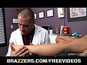 Женщины суют руки в жопу и пизду