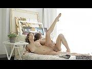 Красивая молодая студентка дрочит свою вагину