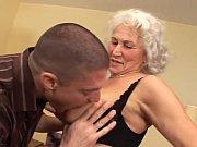 Чувак трахает шикарную телку и кончает ей на грудь