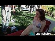 Девушка на пляже в мини бикини позирует видео
