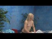 Голая зрелая брюнетка мастурбирует видео
