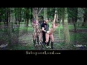 Видео снимает свою подругу на камеру на природе