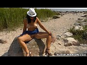 Чем занимаются девушки в пляжной кабинке