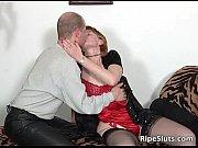 Порно в котором девушка нашла фотки своего парня с другой связала его и трахалась с другим