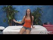 Девушка в белом платье эротично показывает свои ноги видео