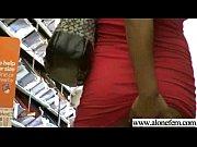 Девушка публично показывает свои прелести видео