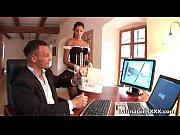 Видео где две девушки заставляют парня лизать письки