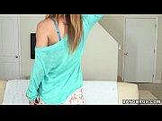 Девушка с длинными ногами прыгает на фалоиммитаторе