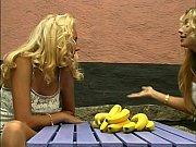 Девушка показывает вагину крупным планом