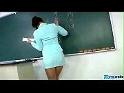 Смотреть порно видео строгая хозяйка в строгом гостюме заставила горничную лизать