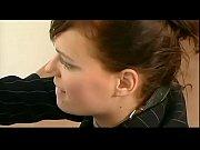 Женщина на коленях выполняет приказы