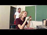 Русская девушка трахает себя огурцом видео
