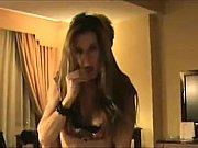 Похотливая секретарша в черных чулочках мастурбирует свою пиздень на рабочем месте под столом