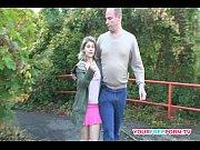 Скрытая камера снимает девушек в мини юбках