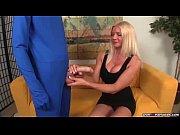 Блондинка с большими сиськами и татуировкой порно видео