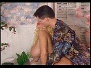 Голая мамочка позирует перед сыном